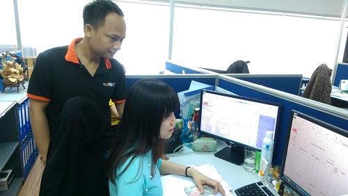 Chuyên viên IT SmallNET hỗ trợ người dùng