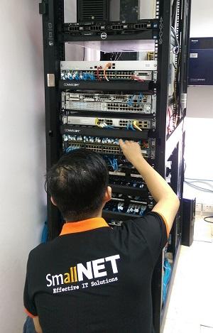 Chuyên viên IT SmallNET quản trị hệ thống máy chủ của khách hàng