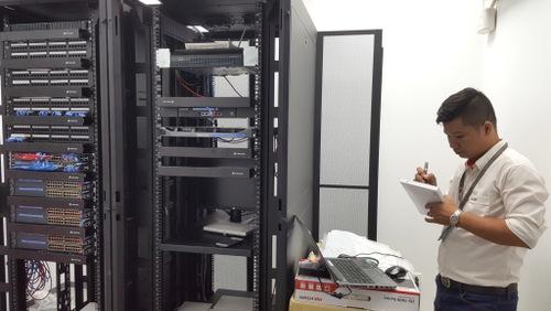 Kỹ thuật viên SmallNET kiểm tra server sau khi cài đặt