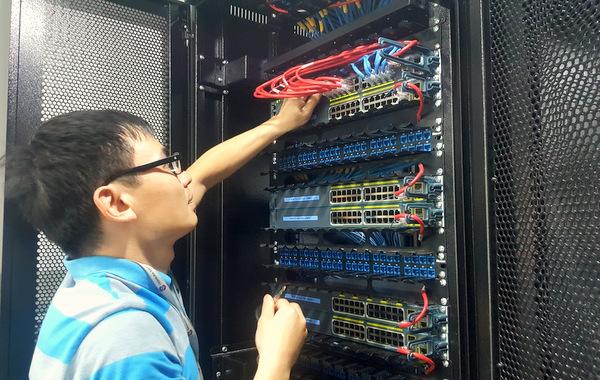 Hình ảnh kỹ thuật viên SmallNET cài đặt máy chủ
