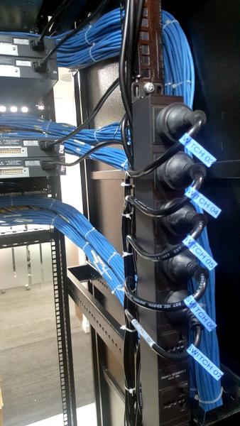 Hình ảnh kết nối mặt sau tủ rack